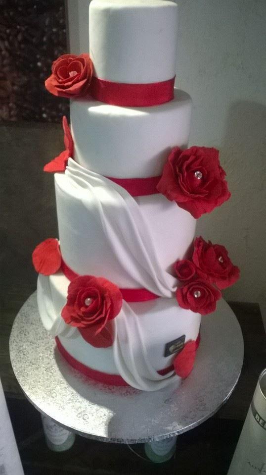 Torta nuziale con rose rosse | Decoração