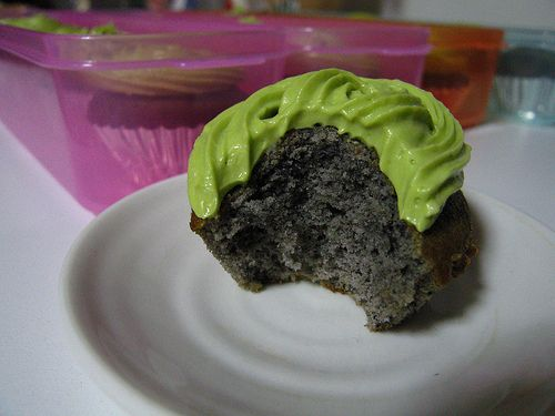 Kurogoma Cupcakes with Matcha-Cream Cheese Frosting http://www.deliciouscoma.com/archives/2007/05/a_black_sesame.html