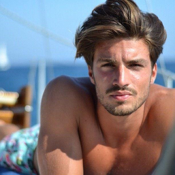Coiffures de beaux hommes pour les cheveux durs