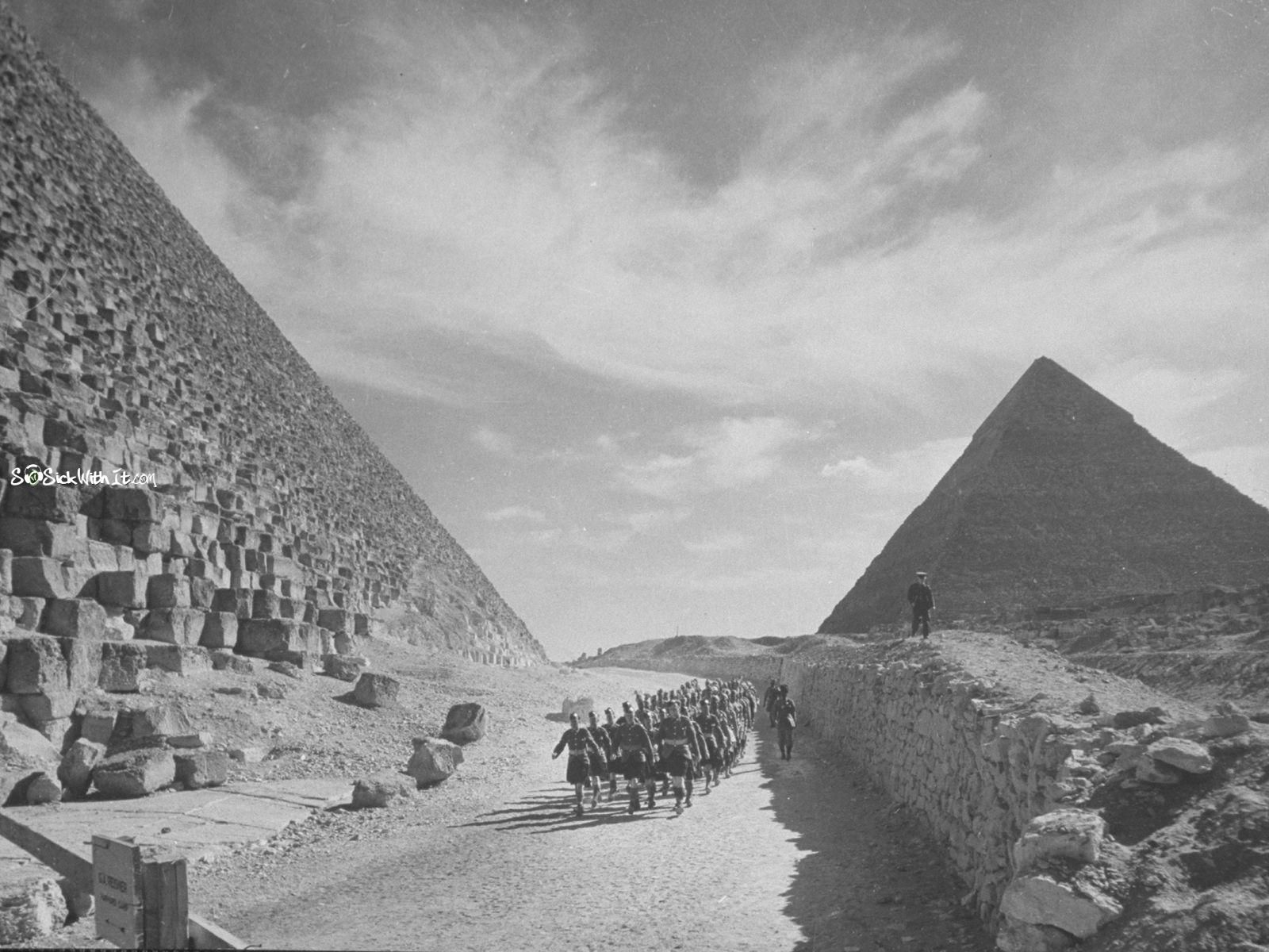 British troops march past the Great Pyramids in Egypt, 1940 | la ...