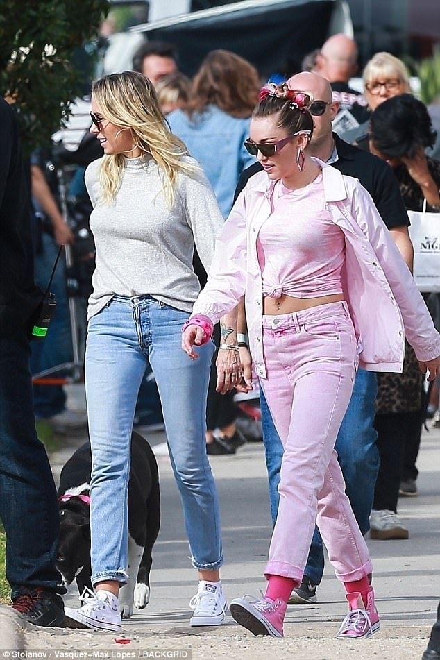 Identidad el estudio Minúsculo  Miley Cyrus rocks three outfits while filming Converse commercial in 2021 |  Celebrity street style, Miley, Cute outfits