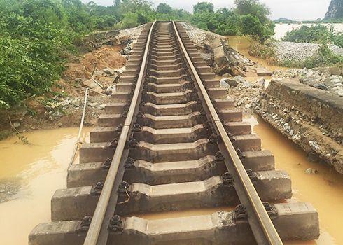 Quốc lộ 1A thông xe đường sắt Bắc Nam vẫn còn gian đoạn vài ngày