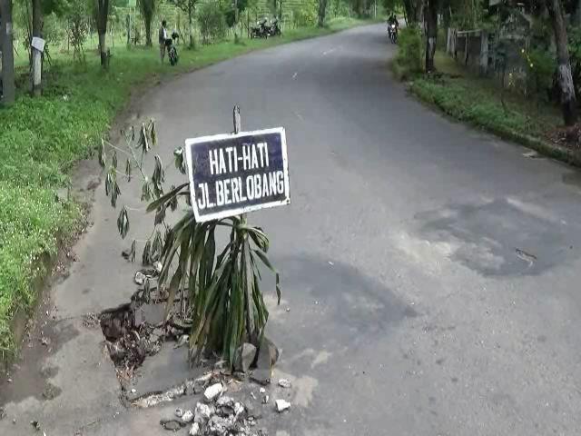 Sering Dilewati Dump Truk Jalan Rusak Dan Ambrol Orang