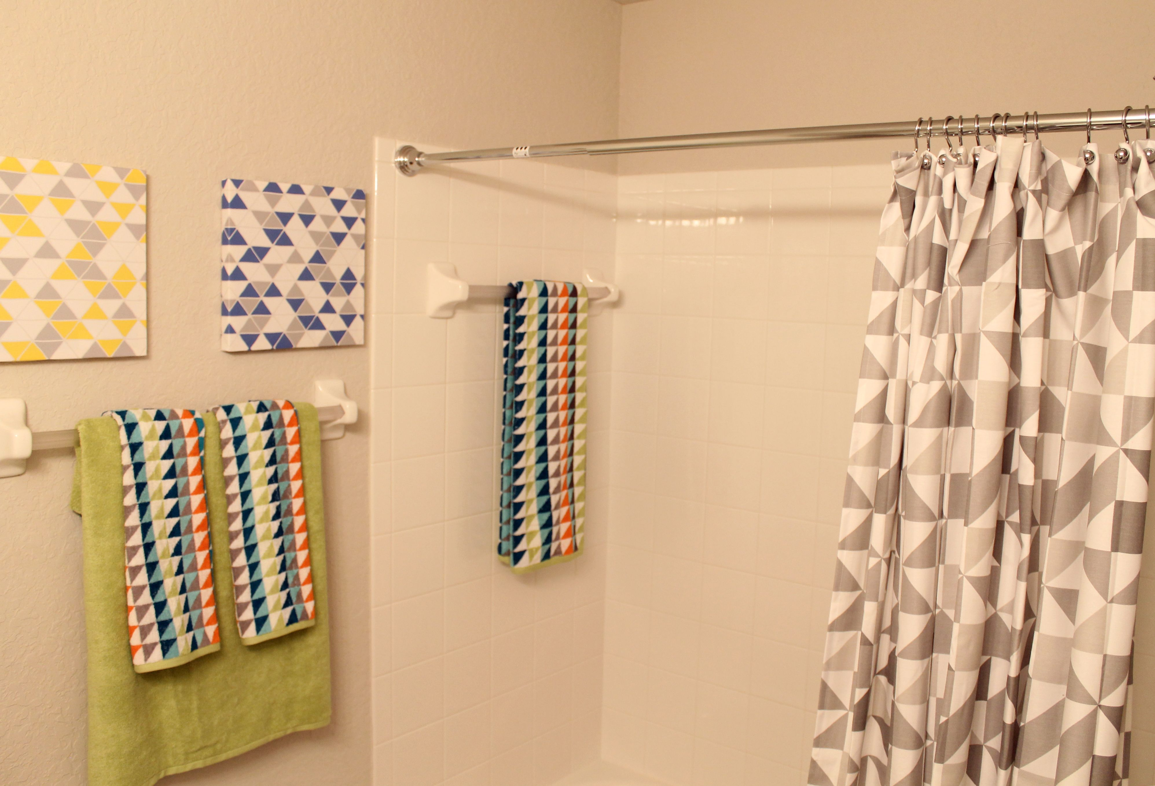 The decor in this bathroom embraces the popular geometric decor ...