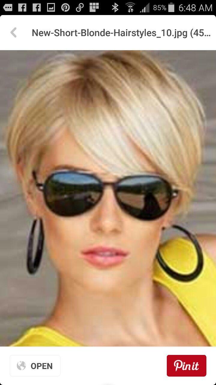 La técnica elegante: corte de pelo corto de mujer linda.  – Boda fotos