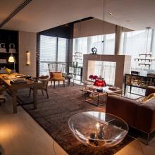 O escritório planejado por Olegário de Sá e Gilberto Cioni ganha elegância com a cortina de franjas em poliéster.