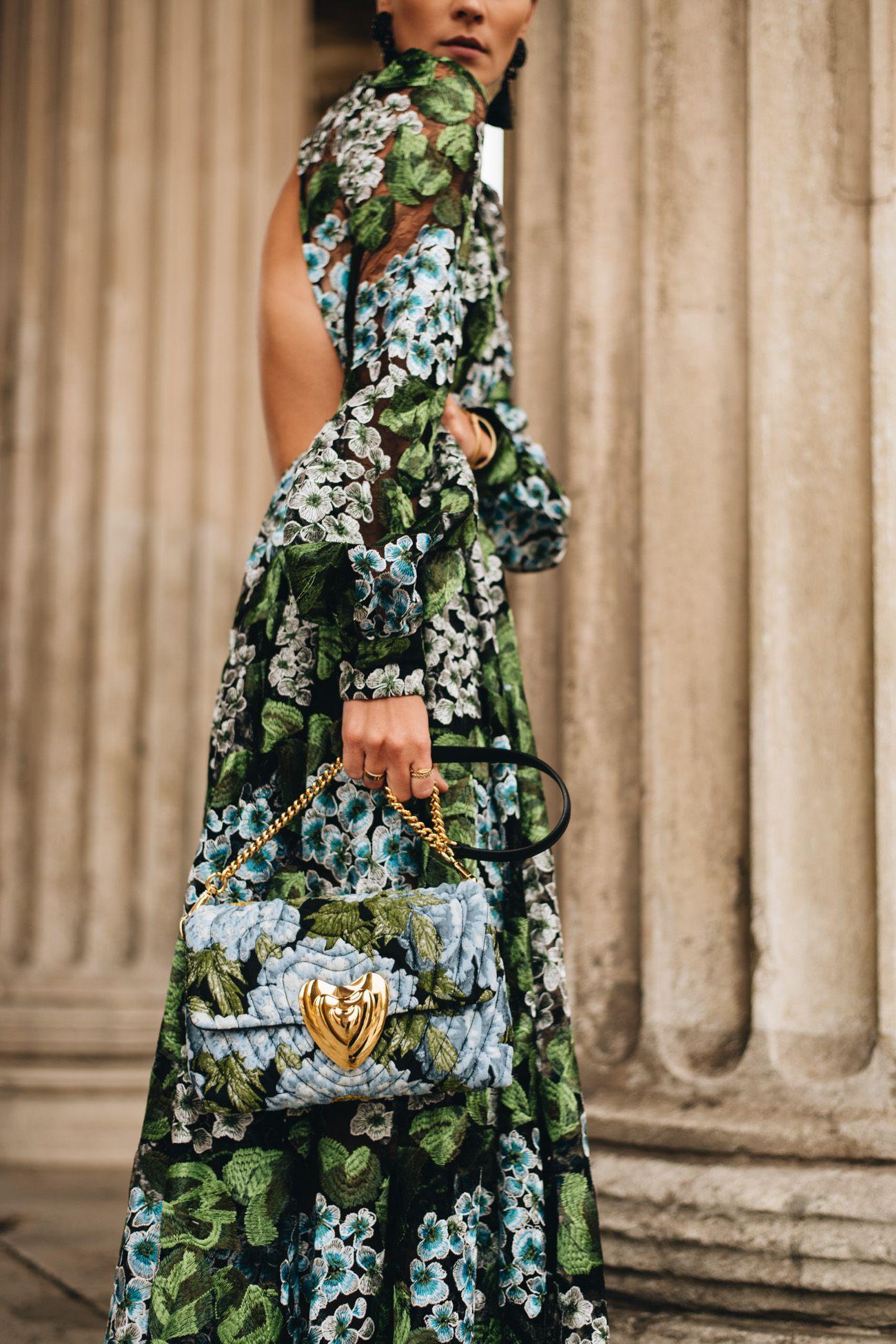Festliches Outfit mit langem Blumenkleid, Statement Ohrringen und