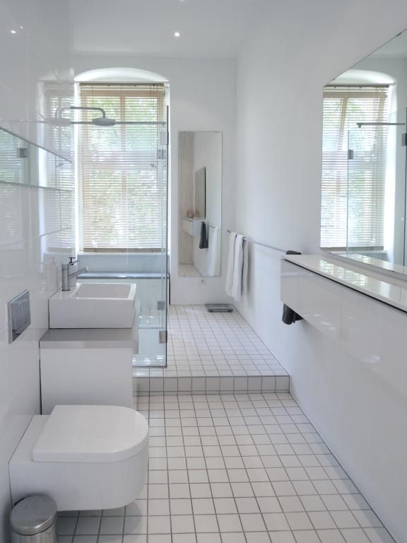 Einrichtungsidee Fürs Badezimmer Großer Spiegel Mit Ablageboard - Weiße große fliesen