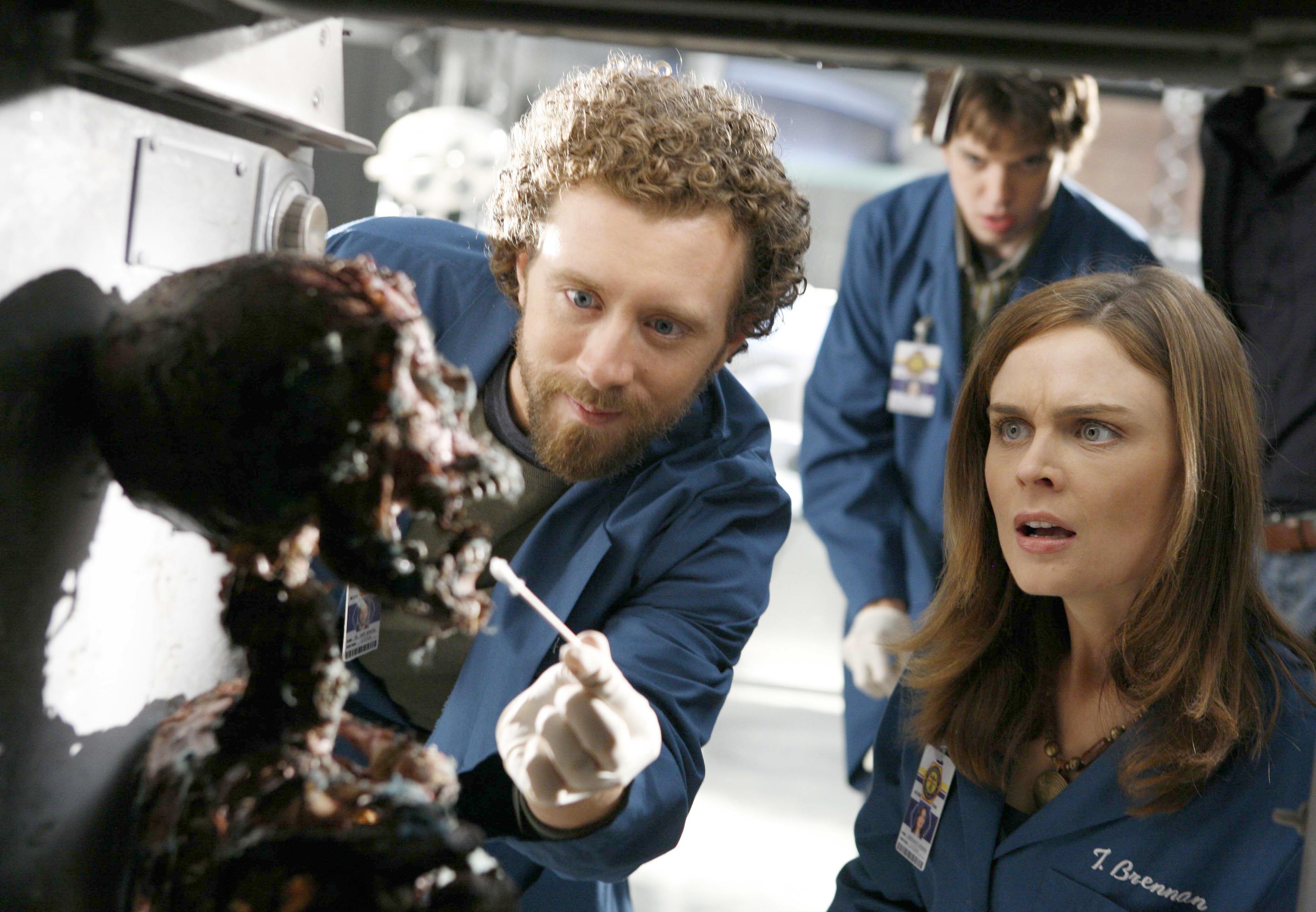 Bones Season 1 Episode 8 The Girl In The Fridge T J Thyne As Dr Jack Hodgins And Emily Deschanel As Dr Temperance Bones Tv Series Bones Emily Deschanel