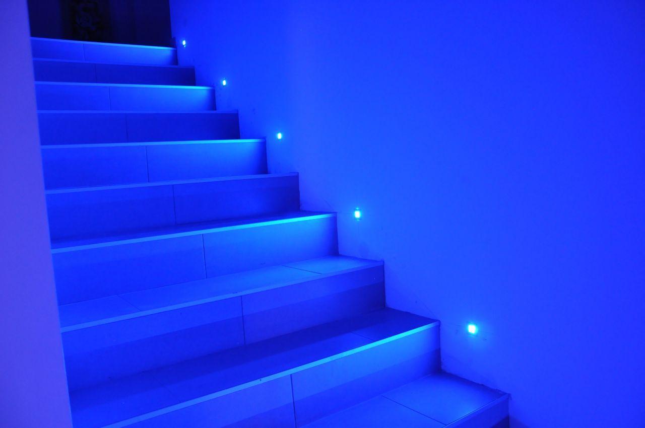 Eclairage Contre Marche Led spot led bleu pour l'escalier | led bleu, decoration