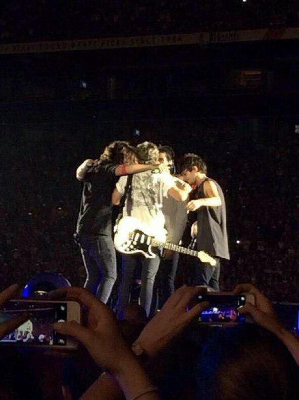 Last Group Hug One Direction One Direction Concert One