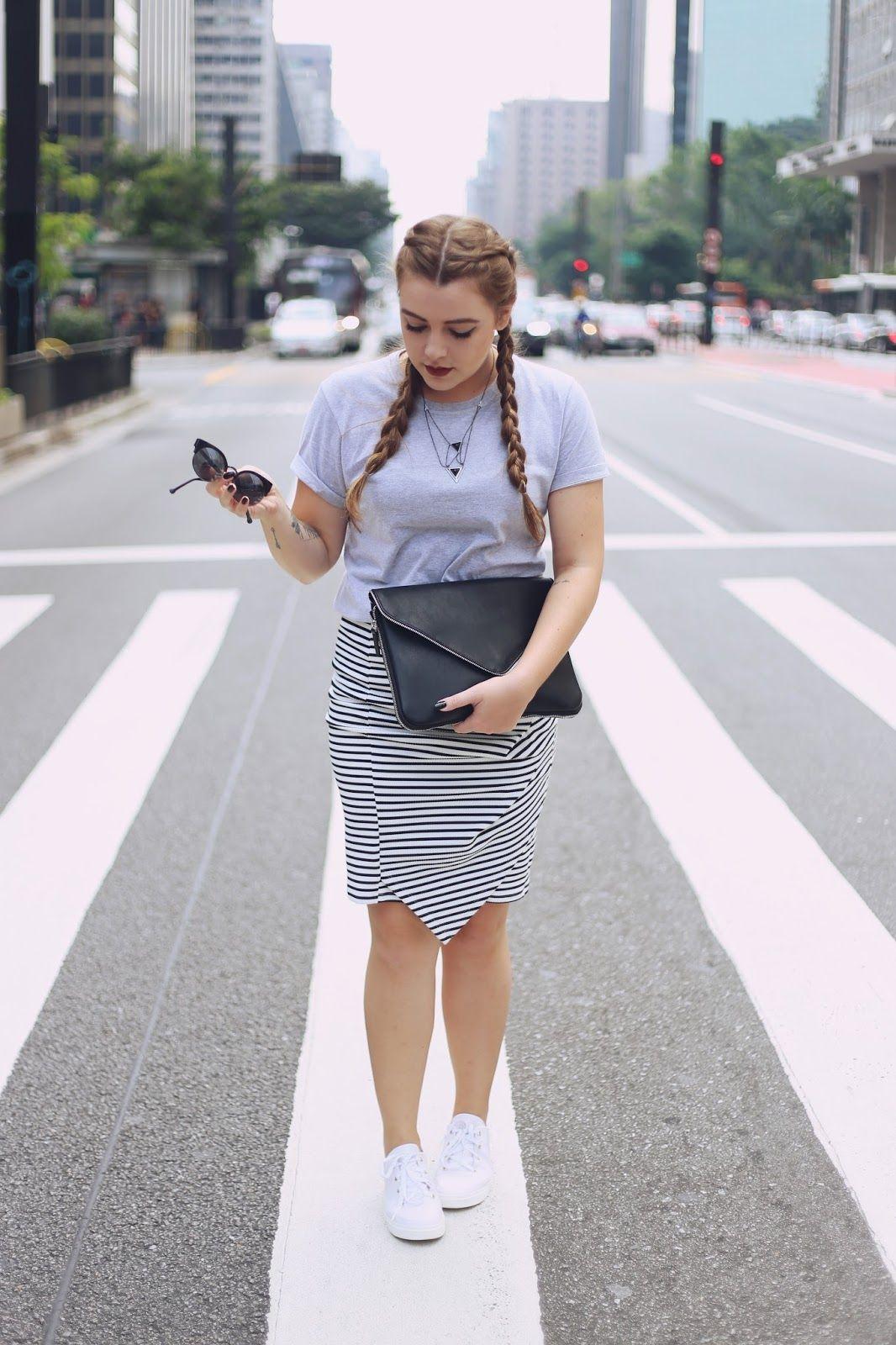 03119bca29a9 Look Minimalista com Saia Lápis Listrada, Tênis Branco da Petite Jolie. As  fotos foram feitas na linda Avenida Paulista e o principal foco do look é  ser ...