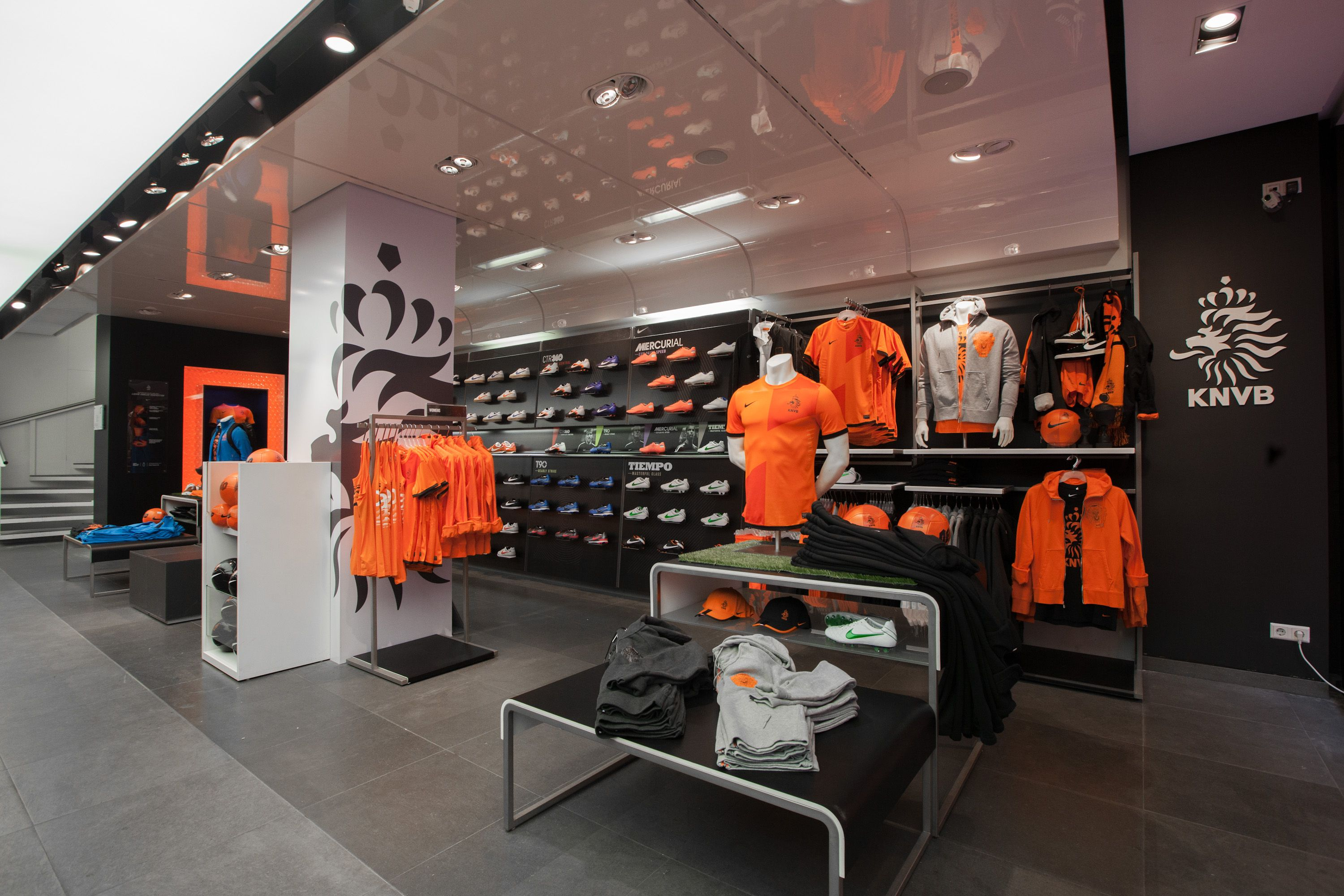 a060ae22662930 Nike shop Kalverstraat confettireclame.nl | Brand Experience Design ...