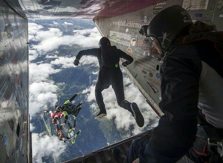 一年一度的mountain Gravity 国际跳伞大赛 选手们从机舱跃下 瑞士