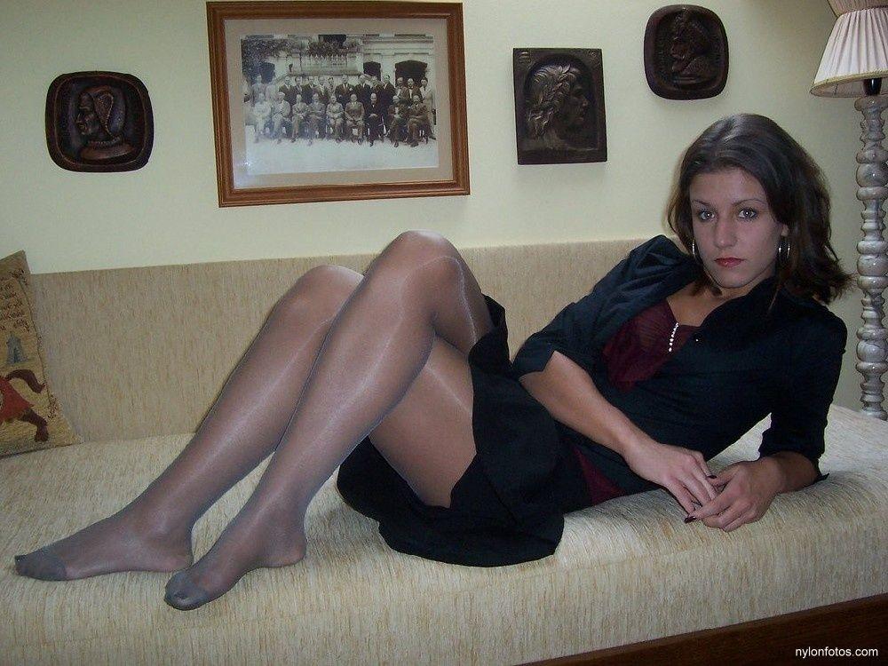 dünnes heißes Mädchen, das Leuten sagt, sich nicht zu sorgen, wie sie aussehen