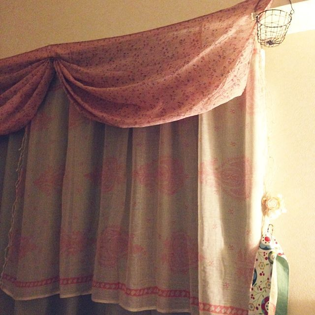 壁 天井 カーテン 縦長の部屋 賃貸 一人暮らし などのインテリア実例