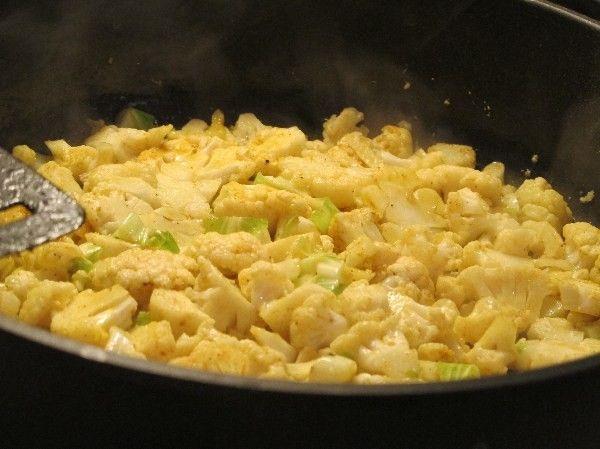 Gebratener Blumenkohl -paleo/lowcarb- Rezept Mittagessen, Abendessen - Gesund Abnehmen! Low carb, wenig Kohlenhydrate und viel Fett! Blumenkohl schmeckt gebraten oder gebacken aromatischer, als gekocht. Zudem riecht es in der Küche absolut nicht nach Kohl. Mit den passenden Gewürzen und einem guten Schmalz wird aus dem einfachen Kohl eine würzige Delikatesse und sättigende Beilage, figurfreundlich und kohlenhydratarm obendrein: 100g Blumenkohl liefern gerade einmal 2,3g KH/ 5,2 BE  (sowie…