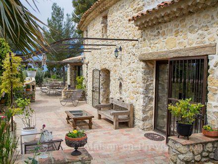 La terrasse de la location de vacances Mas à Le Castellet ,Var - location maison avec piscine dans le var