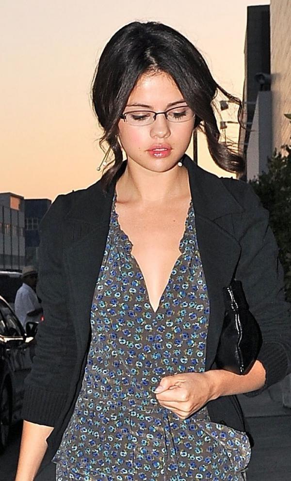 281e57a7a1e Selena Gomez in glasses. Wearing a fine rimmed supra spectacles frame.