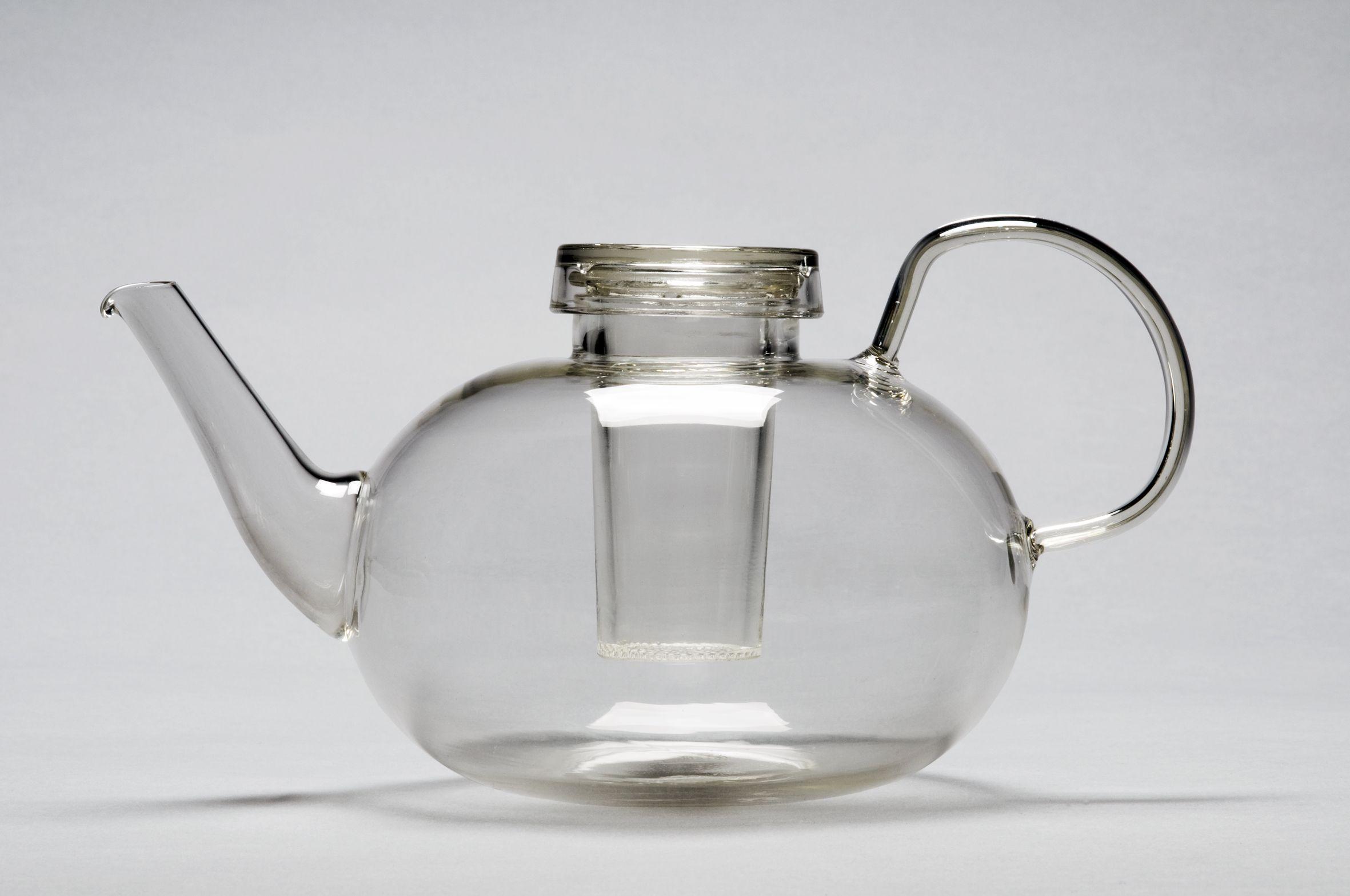 Bule de chá feito de vidro por Whilhem Wagenfeld, que foi