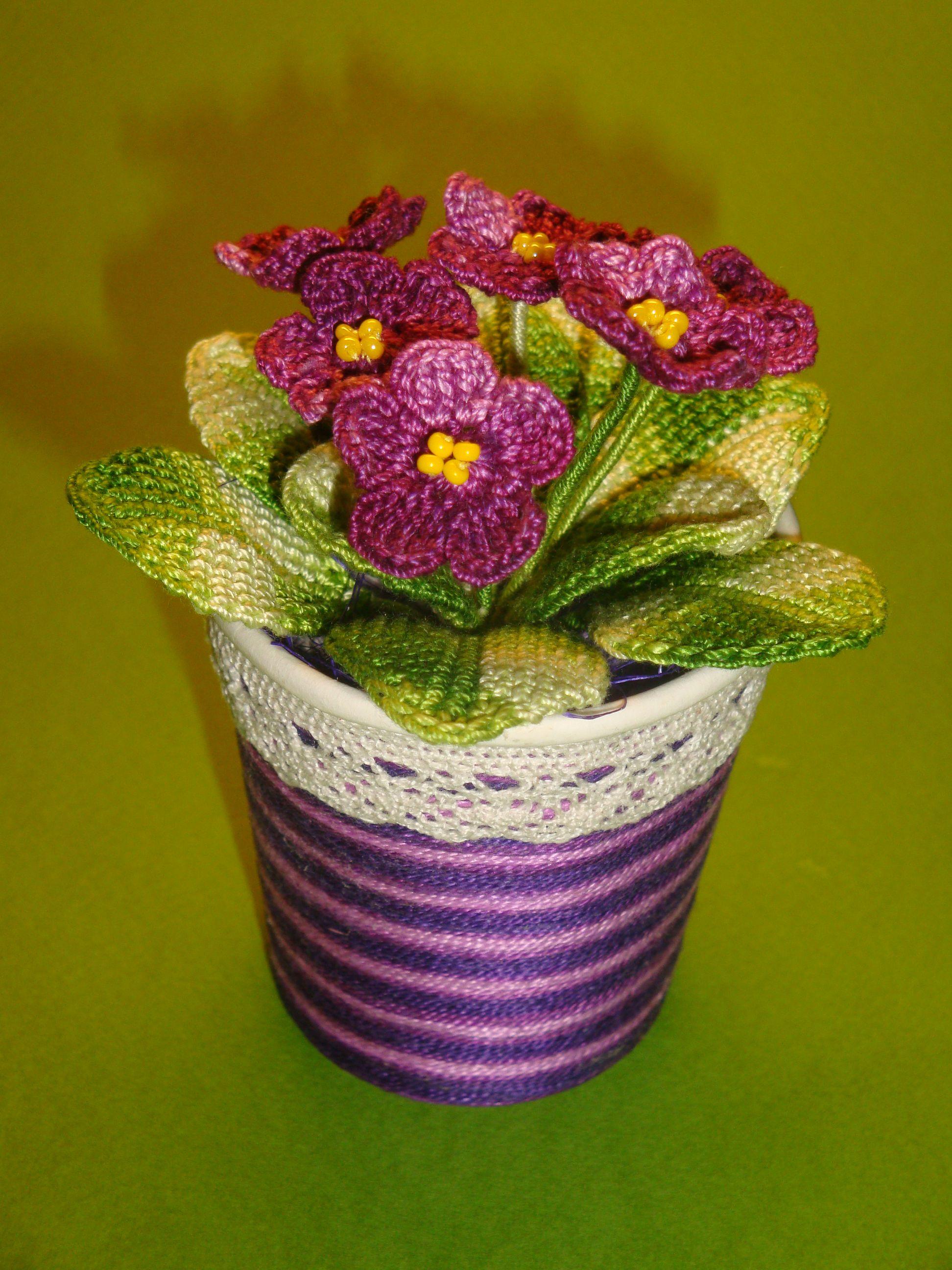 Фіалка у горщику. Квіти та листя в язані. Горщик оздоблений нитками та  мереживом. Висота горщика з фіалками приблизно …  a13284b502ecb