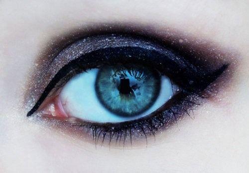 maquiagem mais simples, mais linda coloque  um cilios postiços, e você vai arrasar na noite.