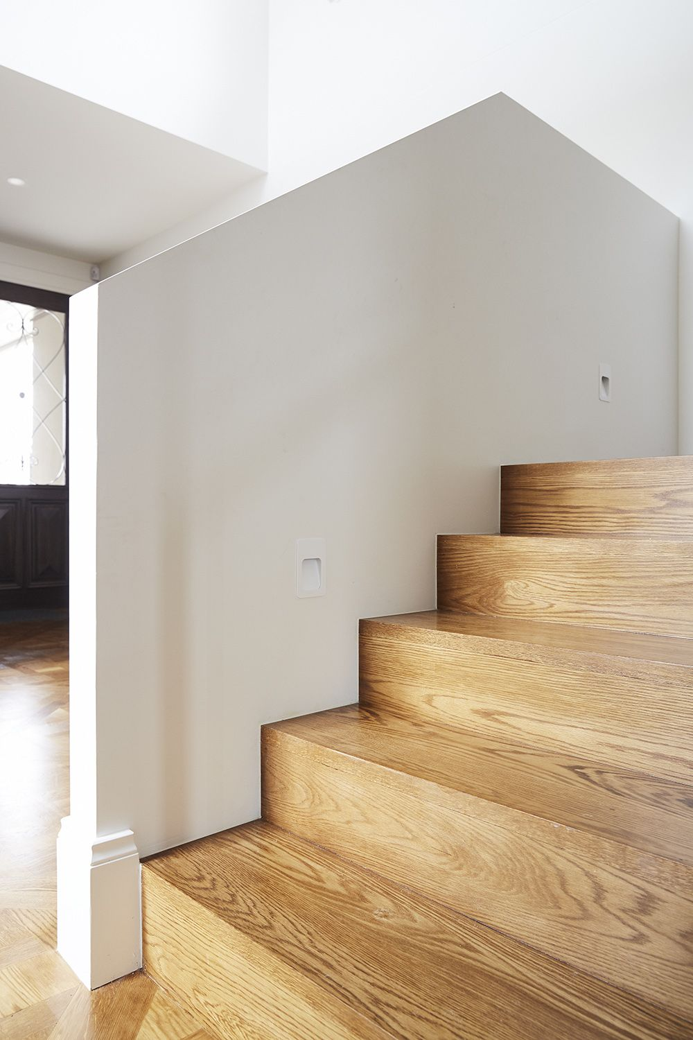 Best Stairs American Oak Closed Staircase Handrail 640 x 480
