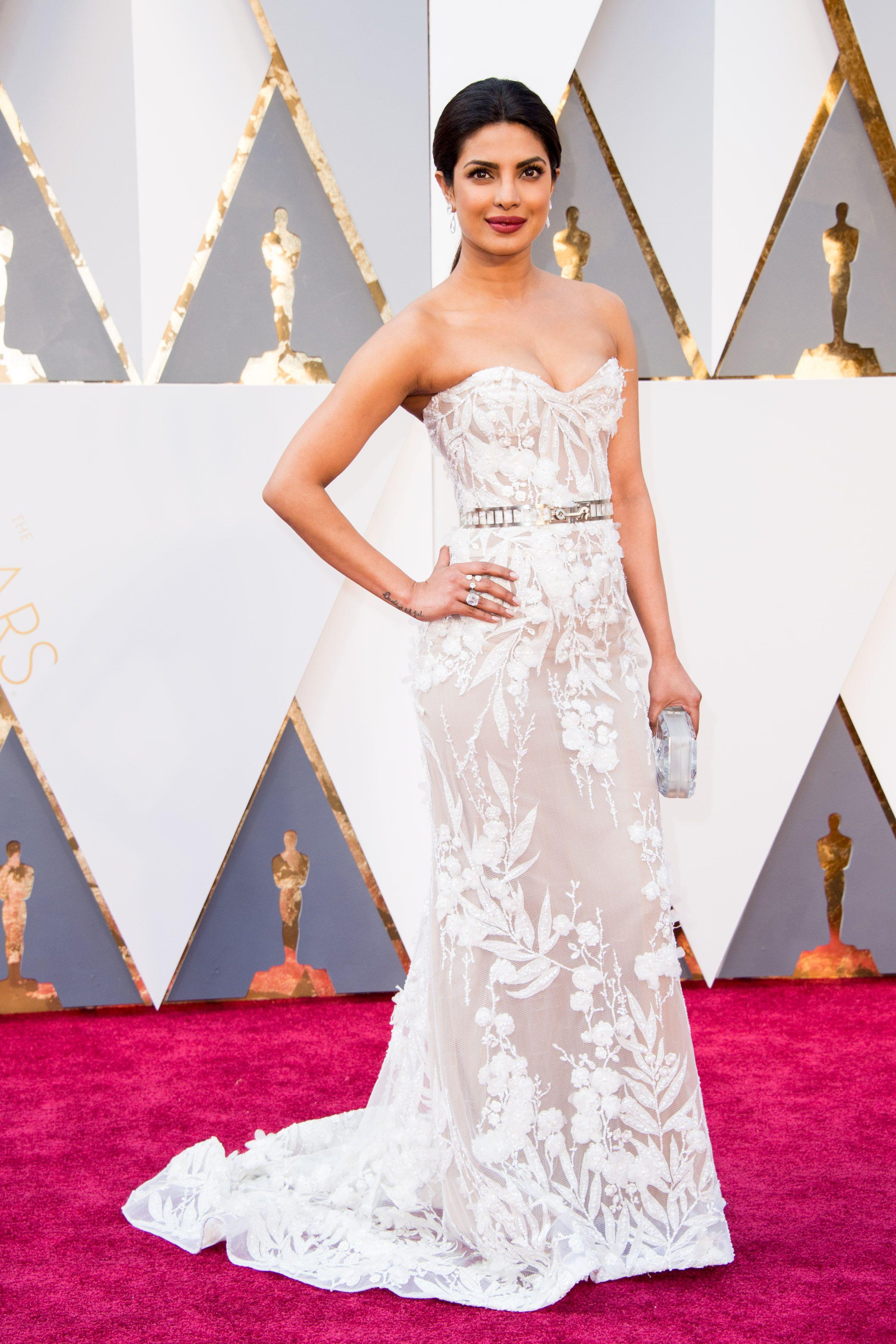 Priyanka Chopra Makes Her Debut On Oscars Red Carpet Fashion Jewelry Voylla Alwaysbeautiful Oscars Red Carpet Dresses Red Carpet Oscars Dresses