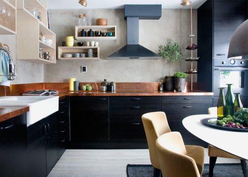 Una cocina en negro y cobre