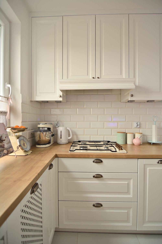 Białe tradycyjne szafki w aranżacji kuchni | wnętrze | Pinterest ...