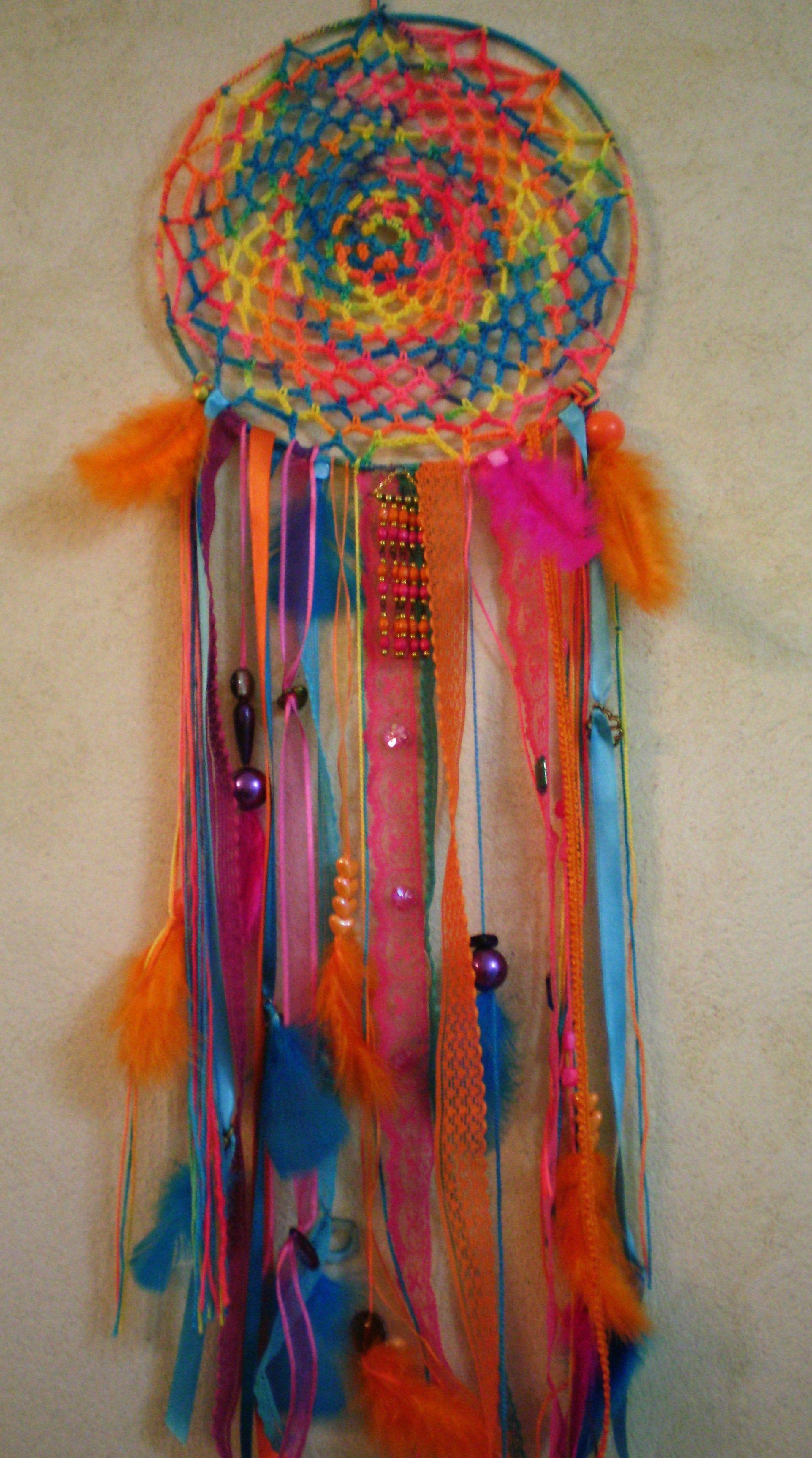 Atrapasueños tejidos al crochet, con detalles de cintas, puntillas, galones, pasamanería, plumas, cuentas, mostacillas y accesorio de bijou.