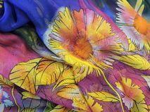 Flores pintadas com a técnica de aquarela sobre tecido