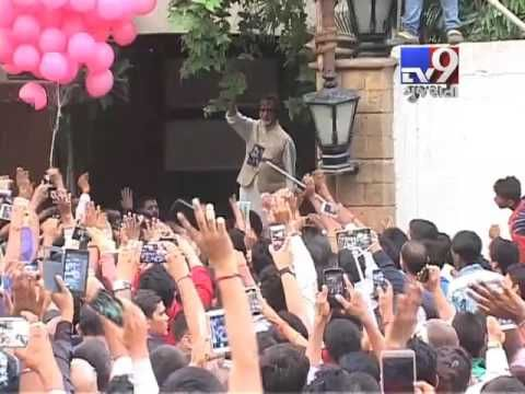 Mumbai: Amitabh Bachchan meets his fans outside his house ahead of his birthday tomorrow.  Subscribe to Tv9 Gujarati https://www.youtube.com/tv9gujarati Like us on Facebook at https://www.facebook.com/tv9gujarati Follow us on Twitter at https://twitter.com/Tv9Gujarati Follow us on Dailymotion at http://www.dailymotion.com/GujaratTV9 Circle us on Google+ : https://plus.google.com/+tv9gujarat Follow us on Pinterest at http://www.pinterest.com/tv9gujarati/