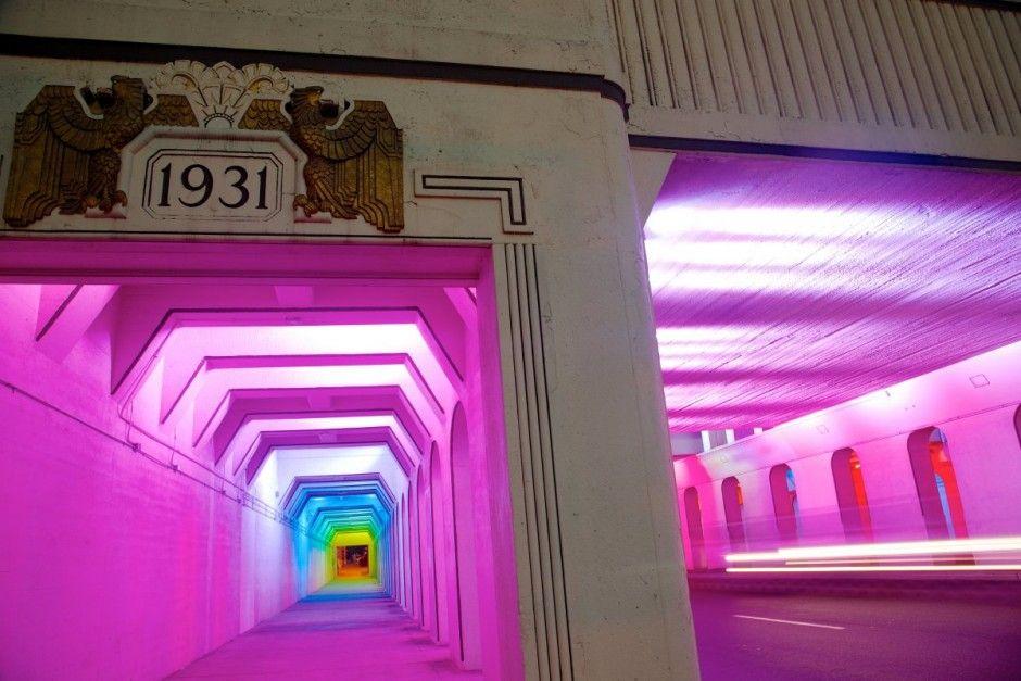 Desafio Criativo: Artista Americano Bill FitzGibbons Transforma Escura Passagem de Pedestres em Colorida Instalação Luminosa