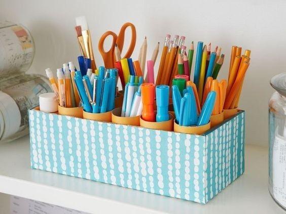 Una caja con rollos de papel de baño vacíos es justo lo que necesitas para organizar tus artículos de oficina. | 18 Hacks para tener el escritorio más bonito y organizado de la oficina