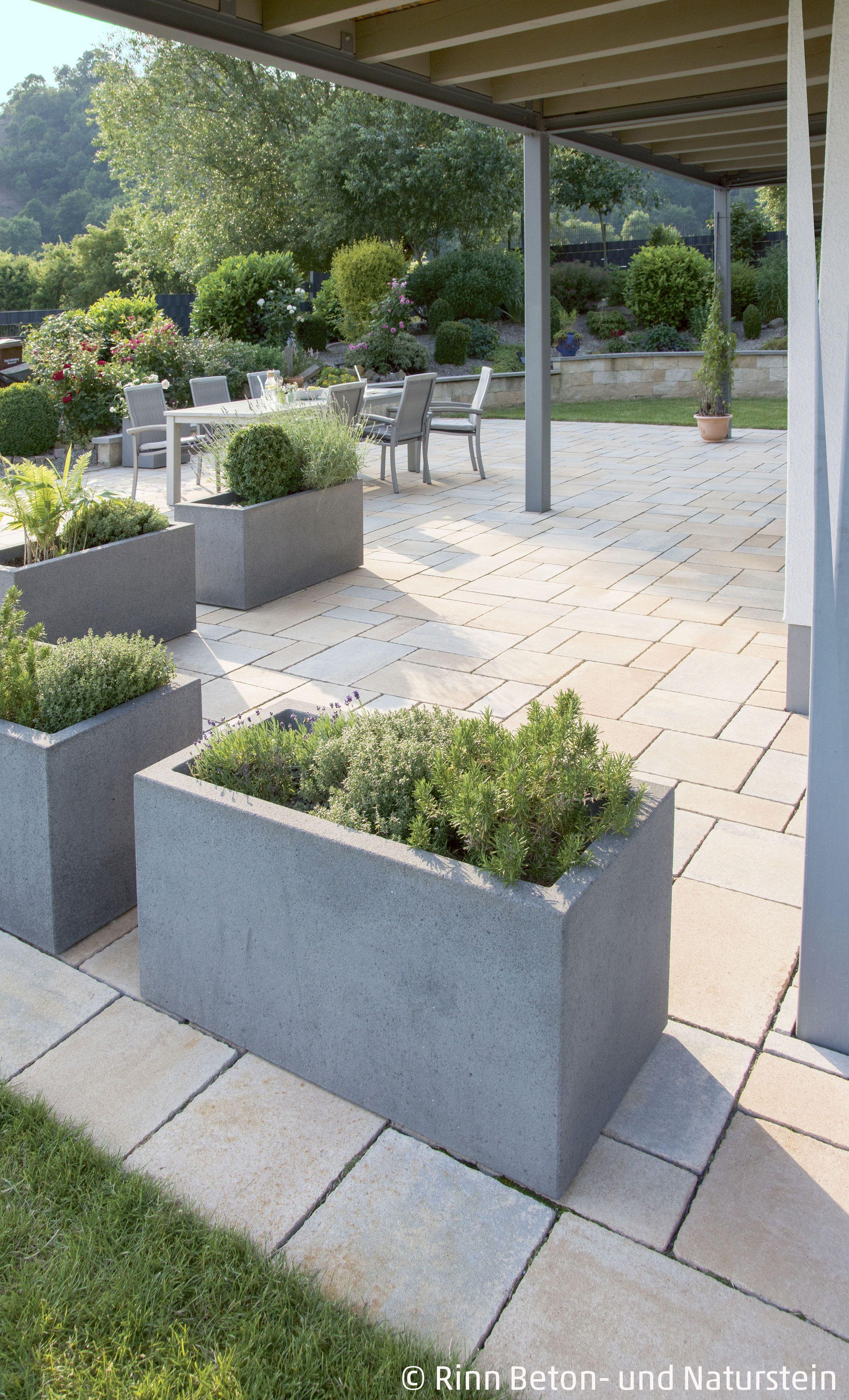 Beton Pflanzgefass Kleinegarten Um Den Uberdachten Sitzbereich Von
