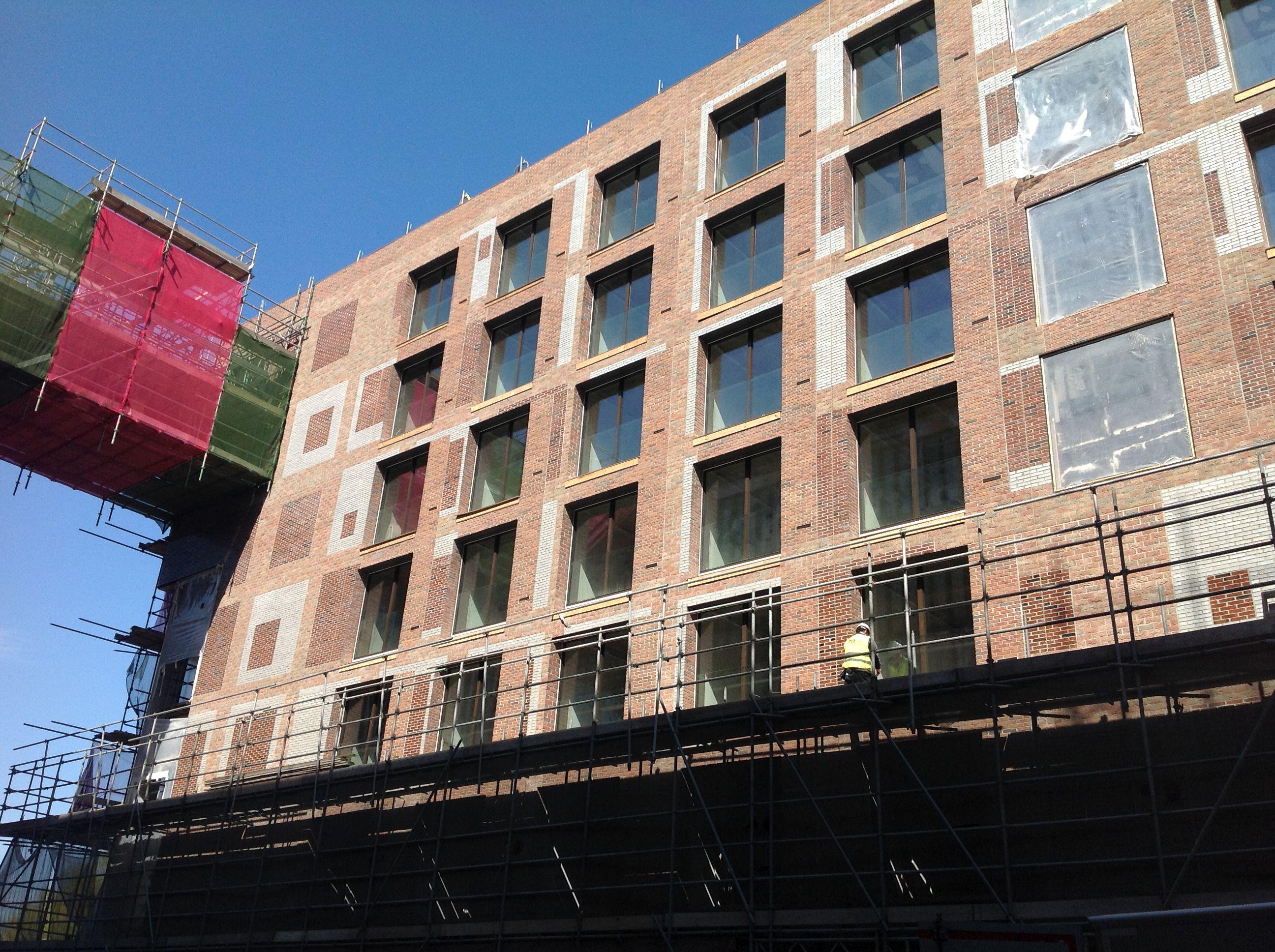 Mijn laatste project bij Bartels. Dit was een uitdagend hoekje. Het hele trappenhuis is uitgevoerd in prefab beton, veel grote sparingen en dan moet er ook nog eens een stalen brug aan hangen.