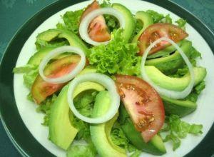 Muy deliciosa y nutritiva es esta receta típica cubana de Ensalada de Aguacates. http://www.saborcaribe.net/ensalada-de-aguacates/