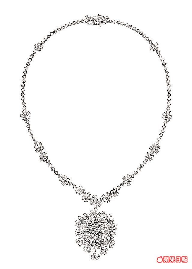 2克拉主鑽圍繞鑽石小花的wild bouquet radiant鑽石項鍊 。2570萬元