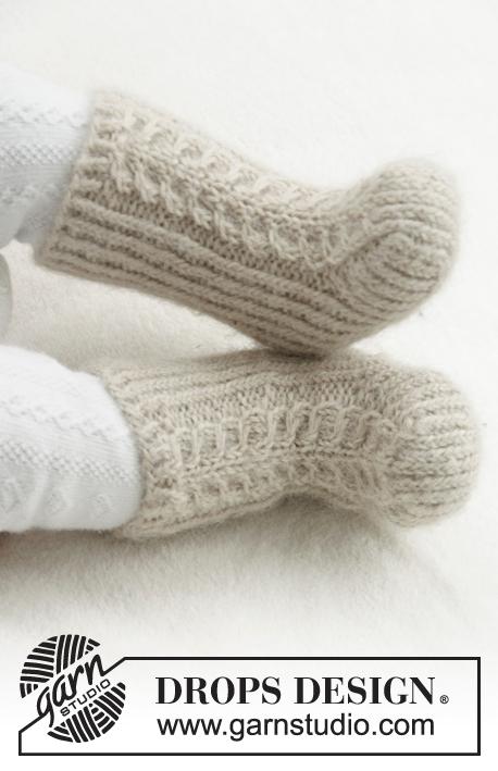 Strikkede sokker med flette og vrangbord til baby. Størrelse