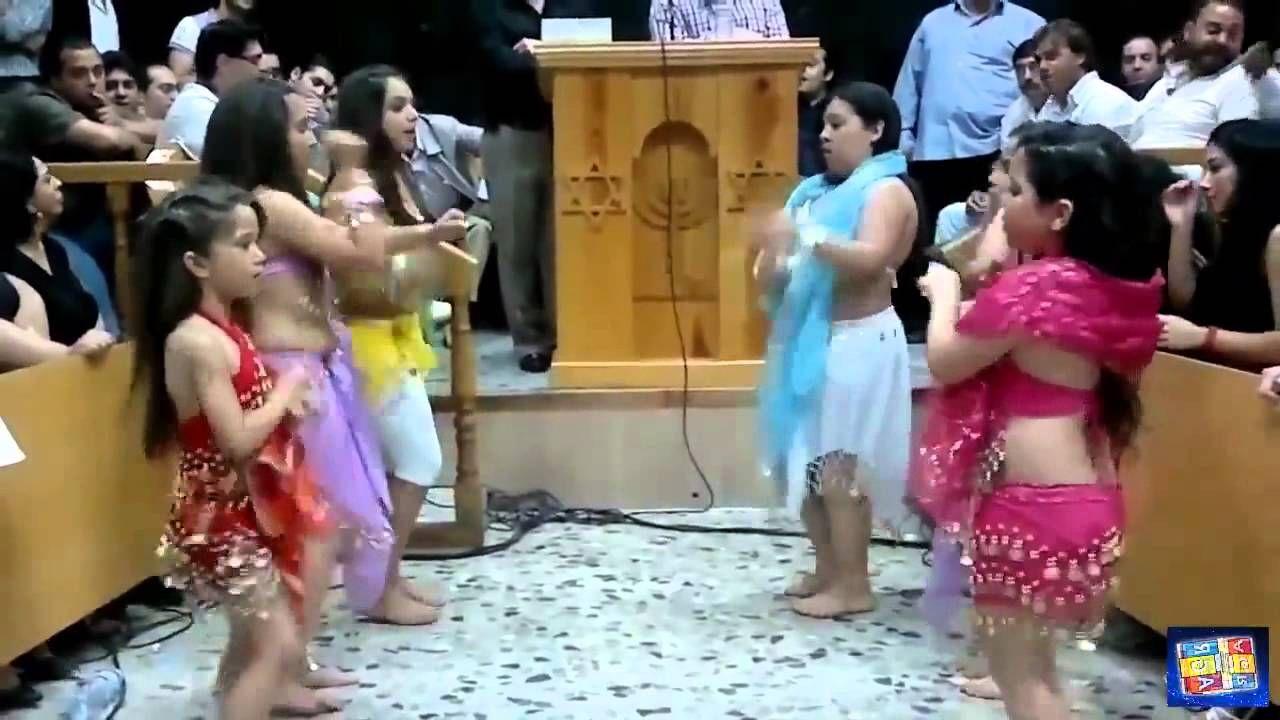 4f041231695b Niñas bailando en iglesia cristiana