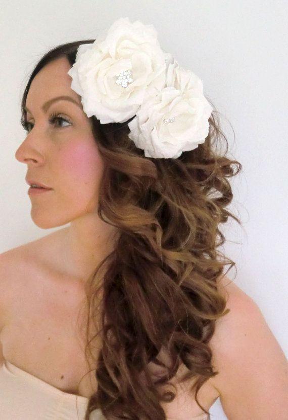 JYI: Satu tekee näitä. Jos sua kiinnostaa tämmöset päähärpäkkeet yms. niin tuolta nettikaupasta löytyy lisää! Satu tekee myös toiveiden mukaan mieleisiä.(kuvassa: Double Silk Flower Headpiece Bridal hair piece by AinoHandMade, €84.00)