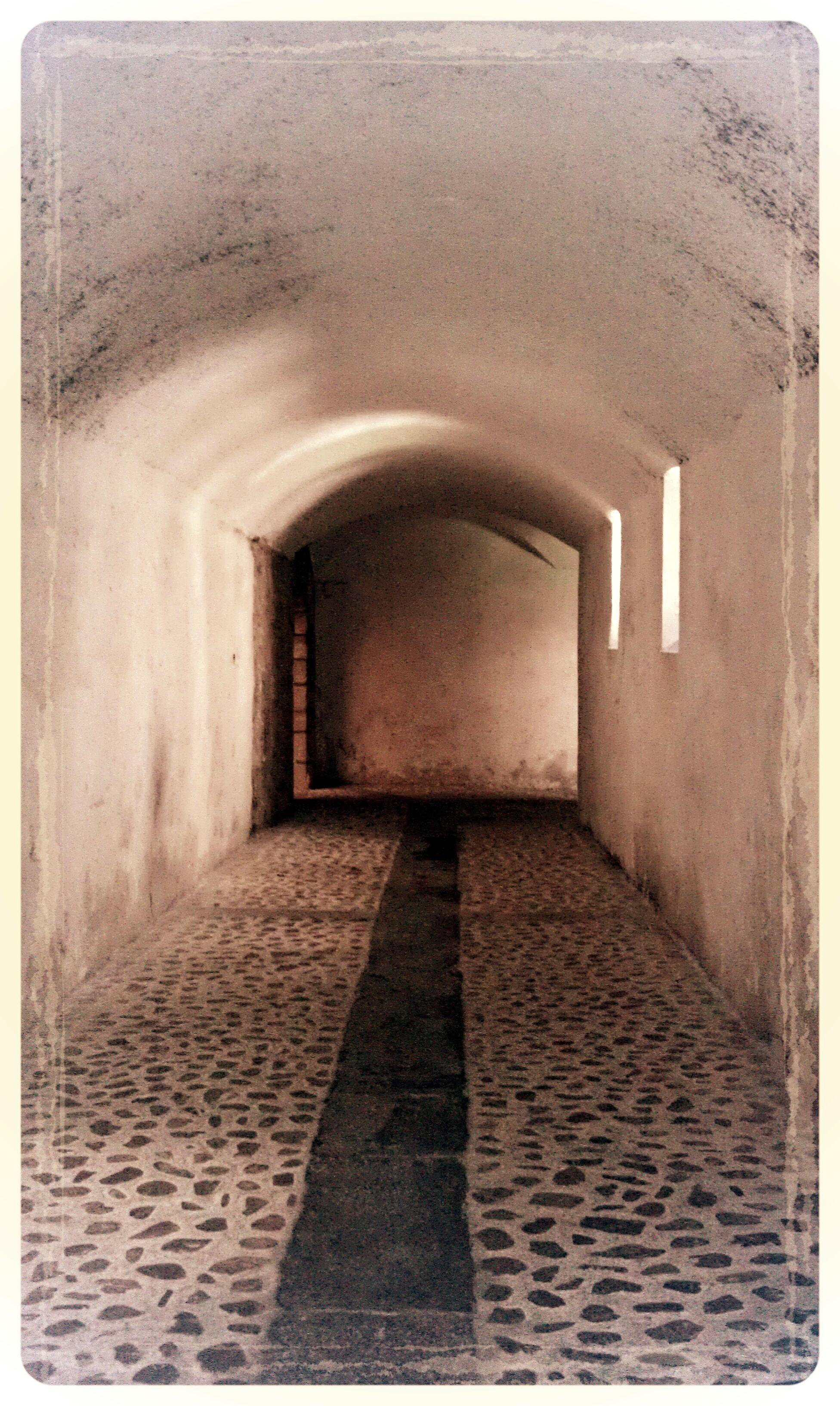 Túnel (Interior del Santuario de la Peña de Francia).