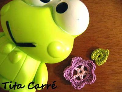 Pequena flor em crochet http://www.titacarre.com