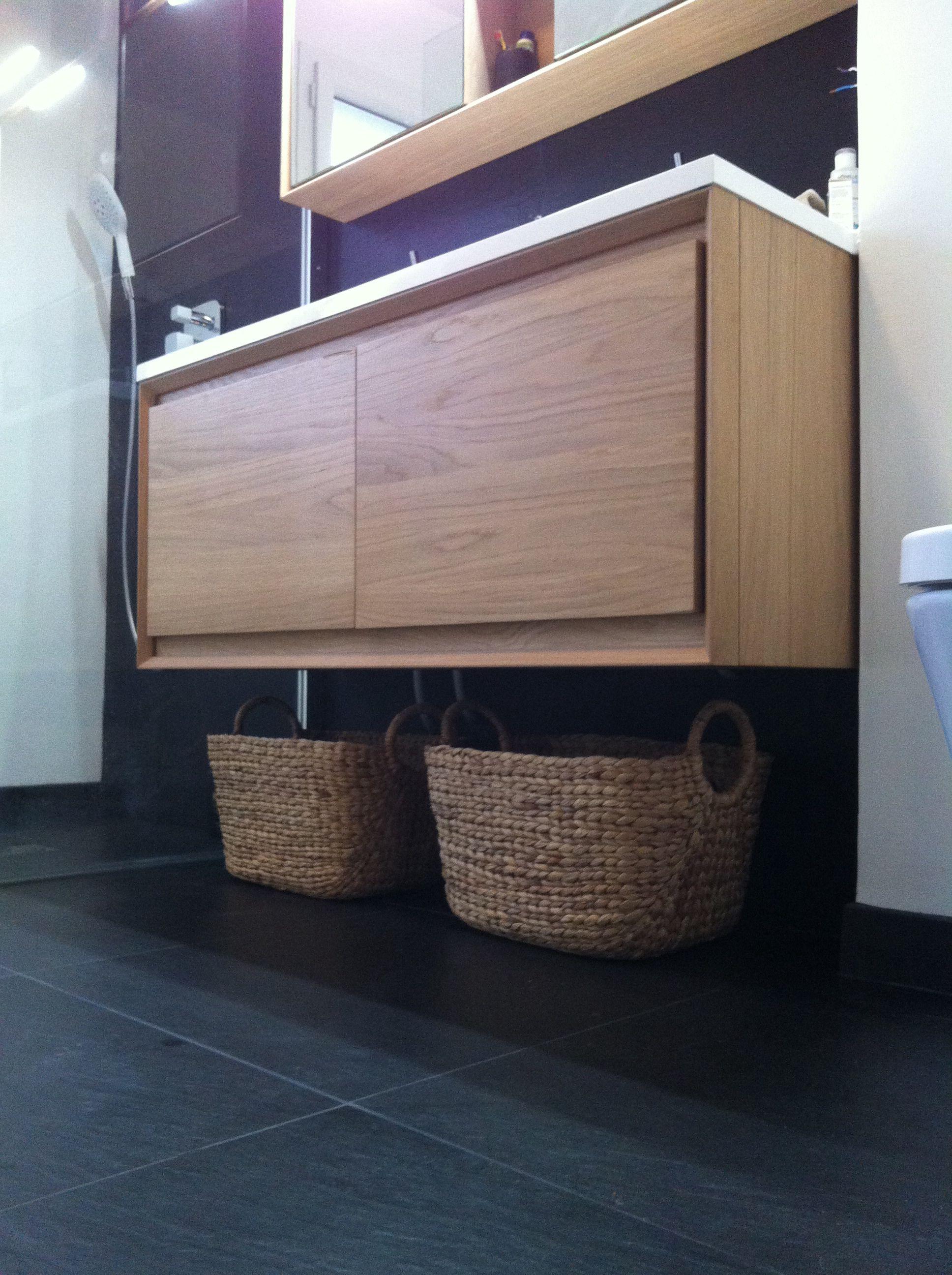 Pour des rangement discrets dans une petite salle de bain for Panier osier rangement salle de bain