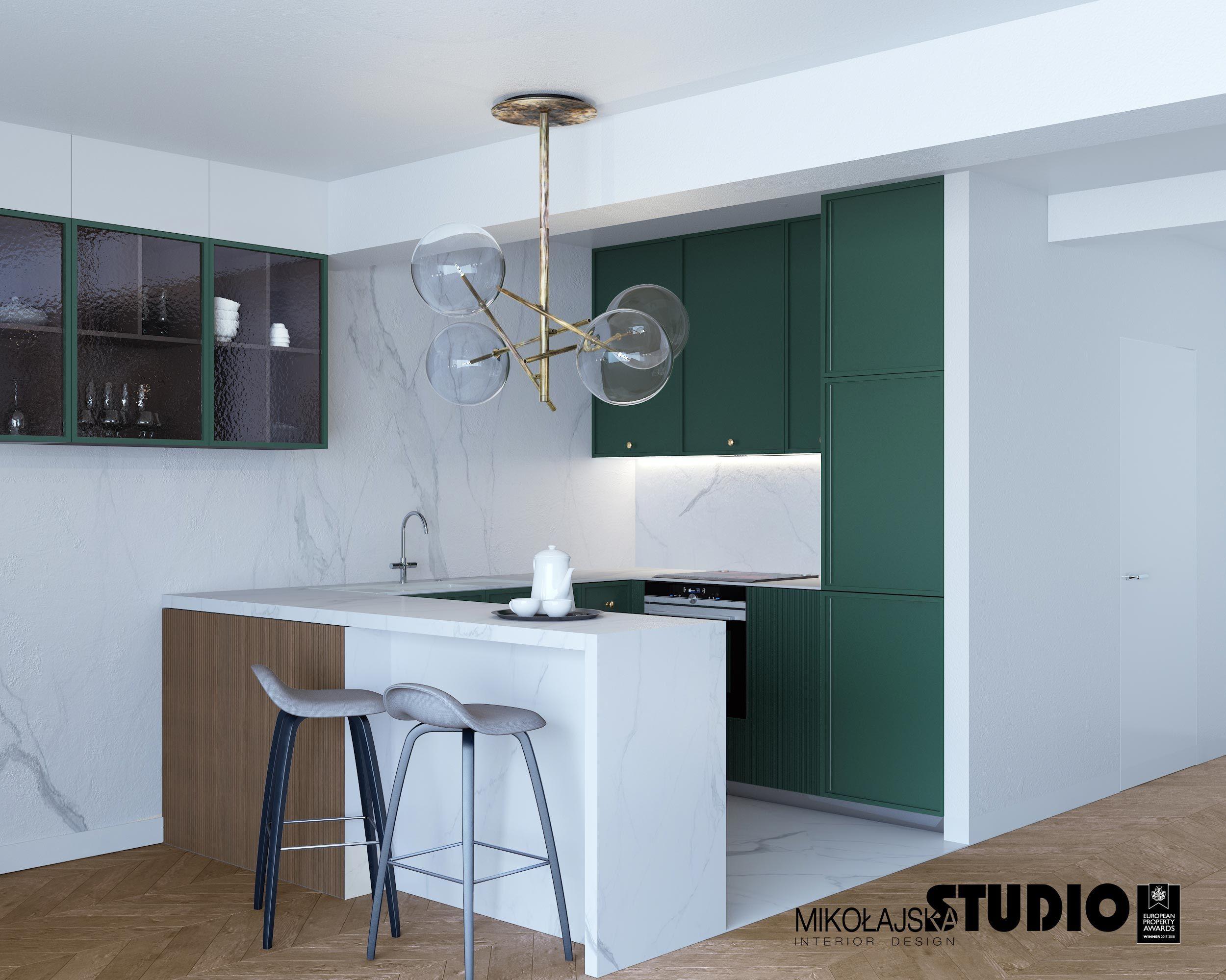 Zielone Fronty Szafek Kuchennych Oryginalna Lampa Szklana Wyspa Kuchenna Dwa Hokery Marmurowa Sciana Furniture Home Decor Home