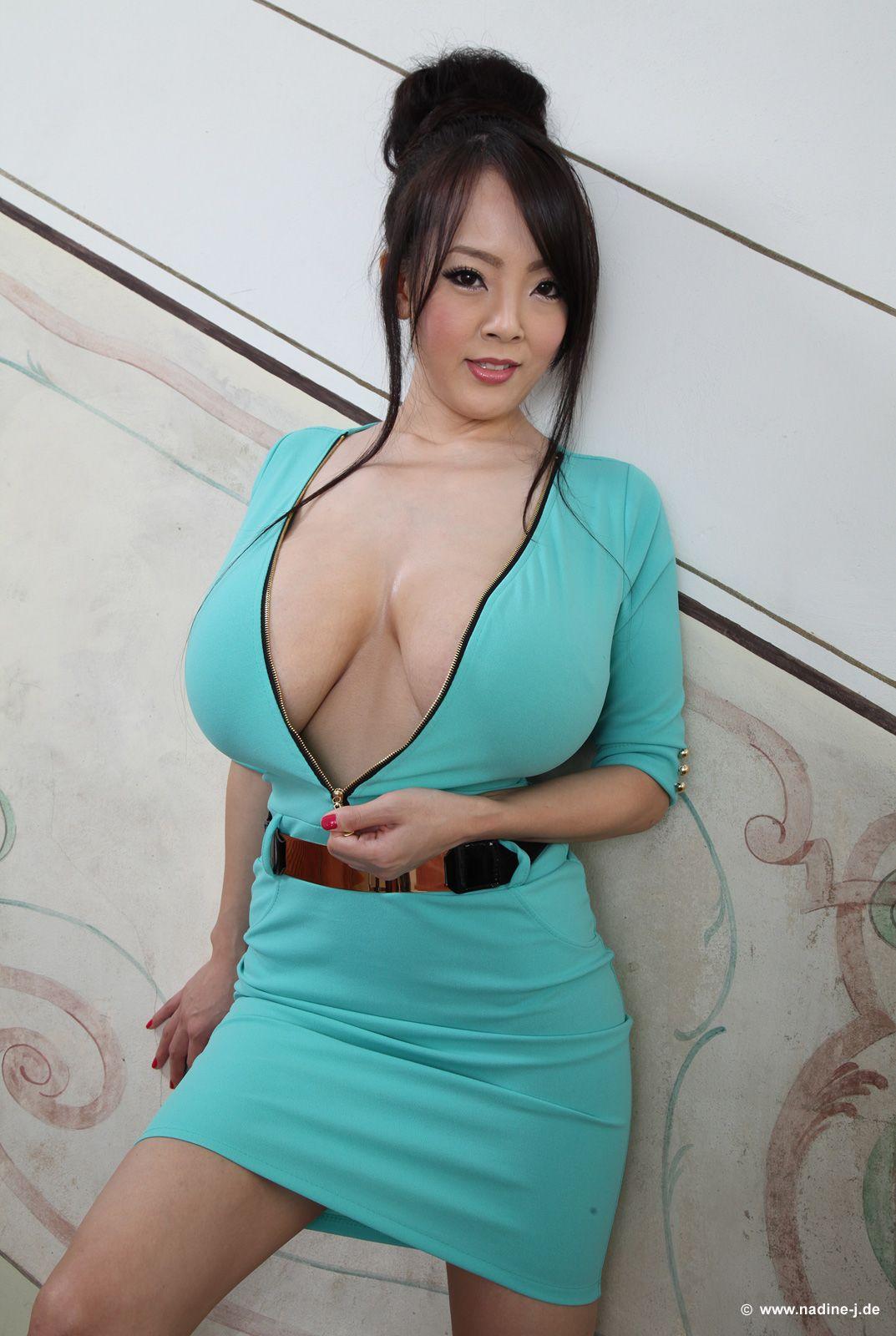 hitomi tanaka blauen kleid