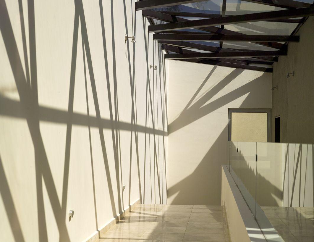 Casa Entramada: Proyección de sombras en el pasillo