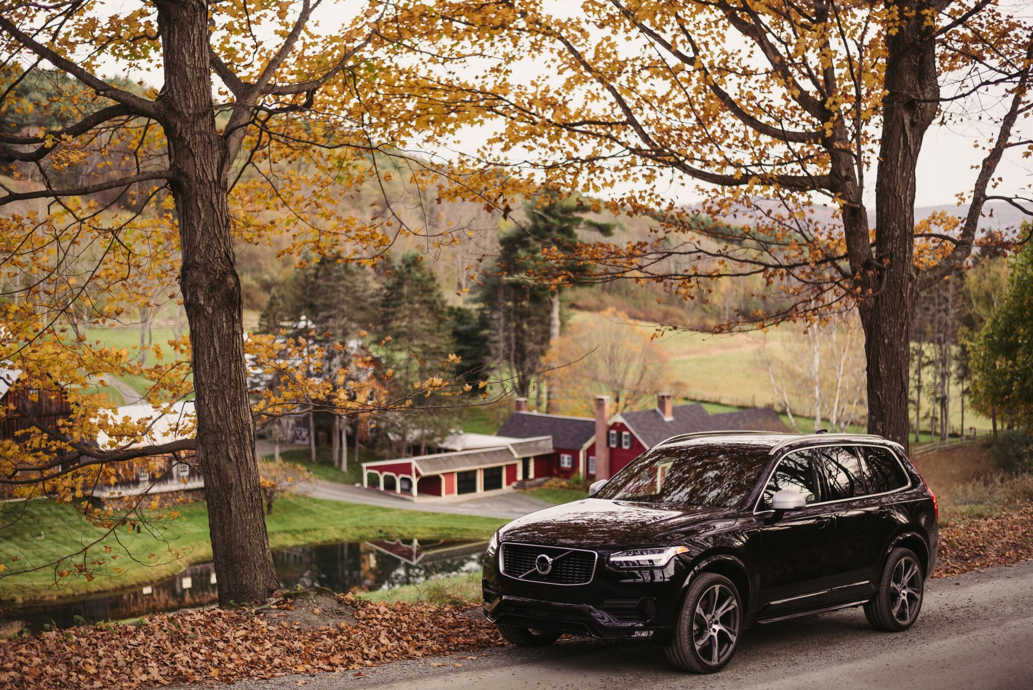 The Black On Black Volvo Xc90 T6 R Design Is Both Sporty And Sophisticated As It Explores Vermont In The Fall Volvo Xc90 Volvo Volvo Cars