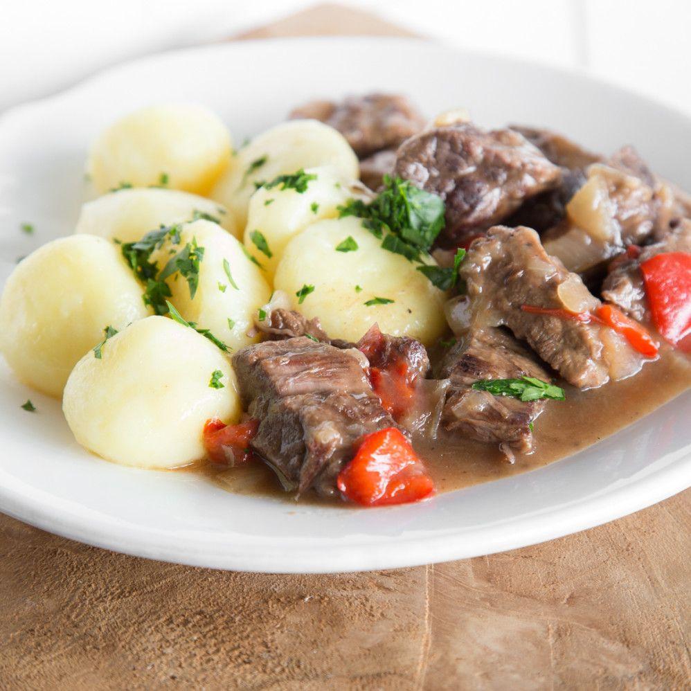 Welche Zutaten kommen in ein Ungarisches Gulasch? Wie wird das Fleisch besonders…